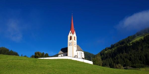 Weithin sichtbar thront die Kirche zum hl. Nikolaus über Winnebach.