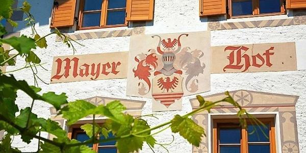 Der Mayerhof in Kuens bei Meran: Wo Tradition und Natur sich vereinen.