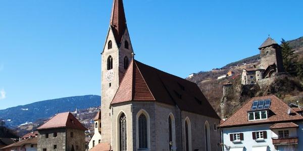 Die spätgotische Hallenkirche wurde im 18. Jahrhundert barockisiert