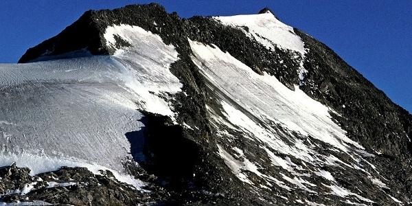 Der Hohe Weißzint mit der Moräne und dem Gipfelgrat, über den der Aufstieg erfolgt.