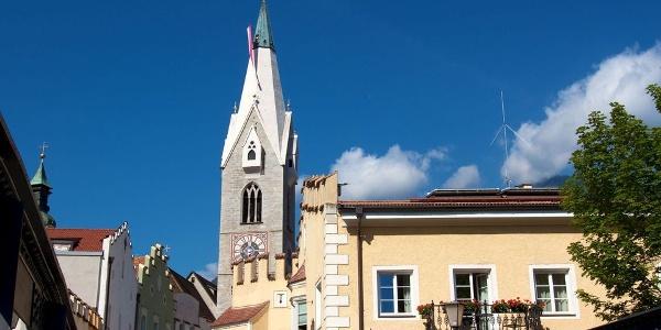 Der Weisse Turm prägt die Silhouette Brixens