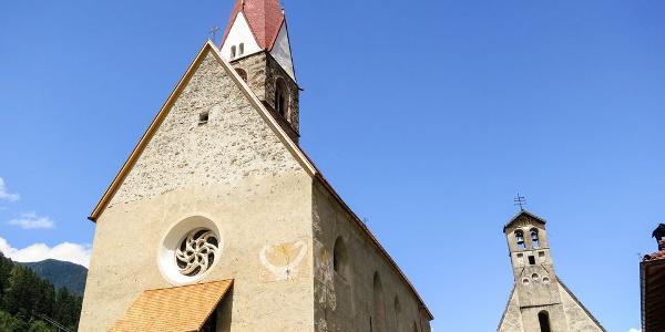 Die heutige Pfarrkirche von St. Pankraz ist im Neugotischen Stil gehalten. Gleich daneben steht die Kapelle des hl. Sebastians.