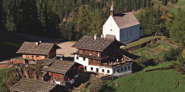 Die Kirche St. Moritz liegt oberhalb von Kuppelwies neben altertümlichen Bauernhöfen.