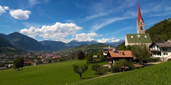 Hoch über Milland und Brixen liegt die Wallfahrtskirche Maria am Sand