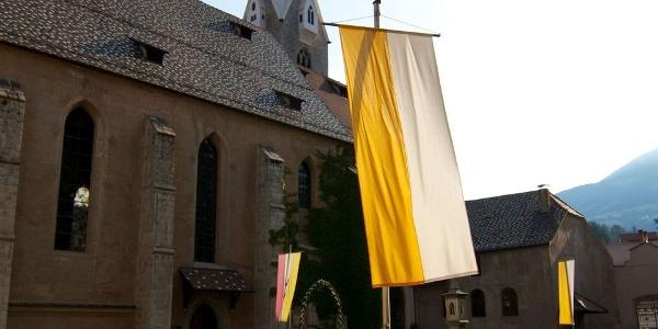 Die Pfarrkirche St. Michael in Brixen steht unmittelbar neben dem Dom