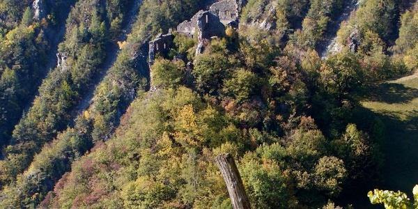 Die Burg Stein am Ritten, einsam gelegen auf einem Felsvorsprung.
