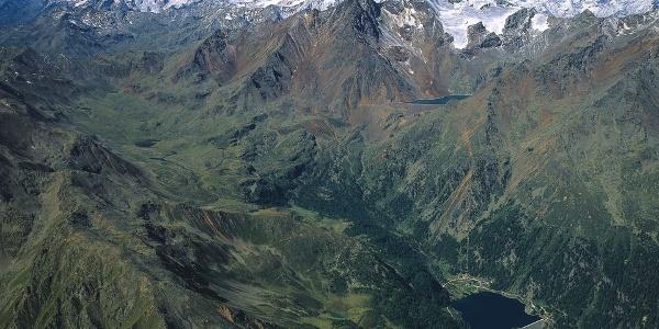 Luftaufnahme des hinteren Ultentals mit dem Weißbrunner Stausee