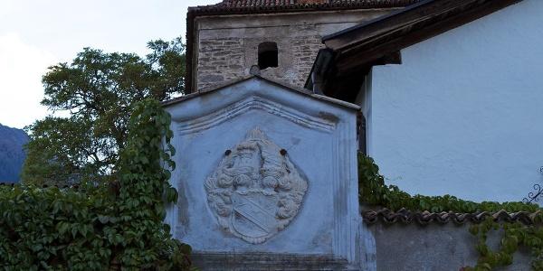 Der Eingang zur Stachelburg in Partschins mit Wappenkartusche.