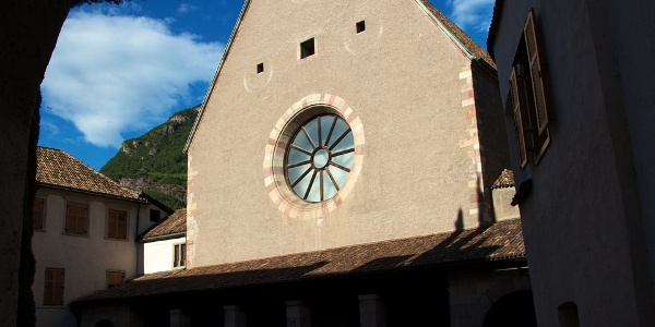 Der Eingang zur Bozner Franziskanerkirche liegt etwas versteckt hinter einer Mauer zur gleichnamigen Gasse.