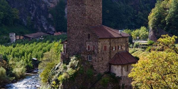 Burg Ried liegt auf einem großen Felsblock direkt am Fluss Talfer.