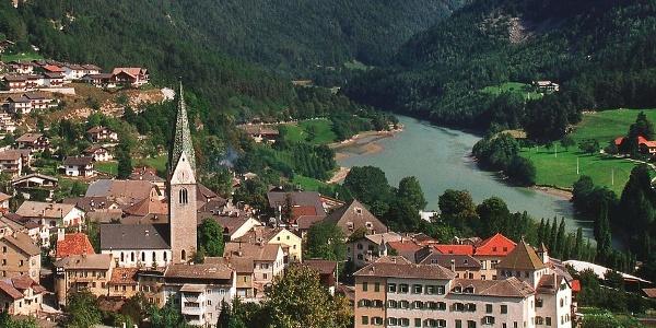 Die Pfarrkirche zur hl. Helena in Mühlbach.