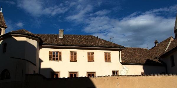 Das Franziskanerkloster verbirgt sich hinter hohen Mauern, direkt am Rande der Bozner Altstadt.