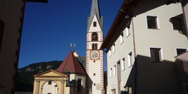 Der Glockenturm bis zum Dachansatz ist noch von der romanischen Kirche erhalten.