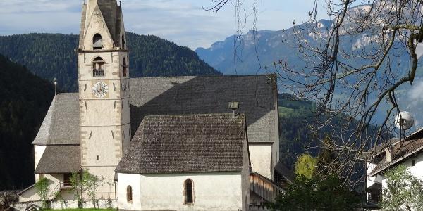 Pfarrkirche Mölten mit der kleinen St. Anna Kapelle im Vordergrund