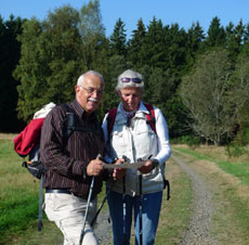 Wanderpärchen auf der Haubergstour (Foto: Carola Heimann, Quelle: Naturpark Lahn-Dill-Bergland)