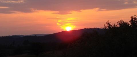 Sonnenuntergang an der Hohen Strasse (Foto: Carola Heimann, Quelle: Naturpark Lahn-Dill-Bergland)