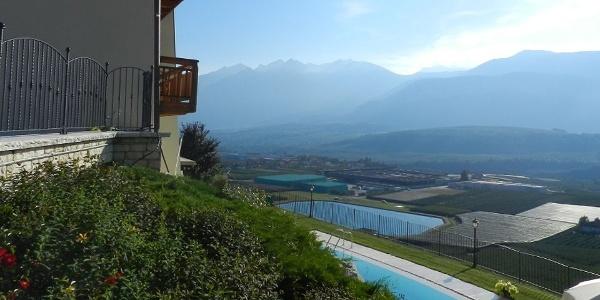 Genießt die herrlich ruhige Lage und bewundert das schöne Panorama auf das Nonstal und die umliegenden Berge.