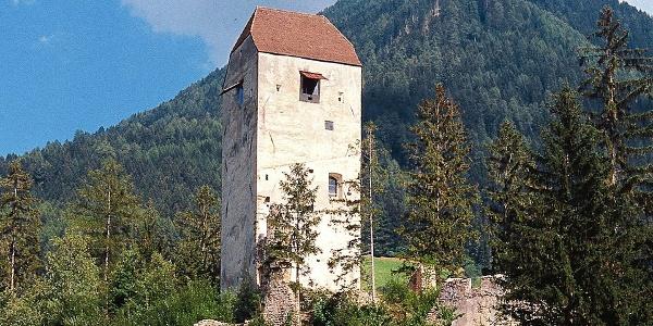 Prächtig und fünfstöckig überblickt die Jaufenburg St. Leonhard in Passeier