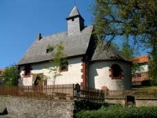 Steinkirche in der Dorfmitte von Altenvers (Foto: Carola Heimann, Quelle: Naturpark Lahn-Dill-Bergland)