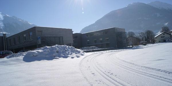 Die Loipe führt am Gesundheits- und Sozialzentrum Montafon vorbei