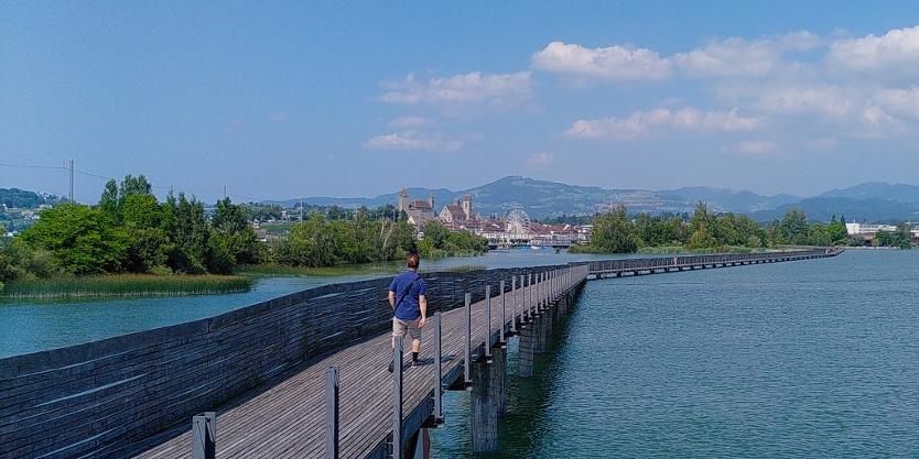 Holzbrücke Seedamm mit Blick auf Rapperswil