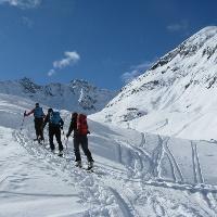 Nach der Hütte geht es nun steiler, links haltend hoch!