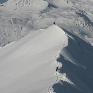 Blick zurück vom Gipfel zum kleinen Vorgipfel.