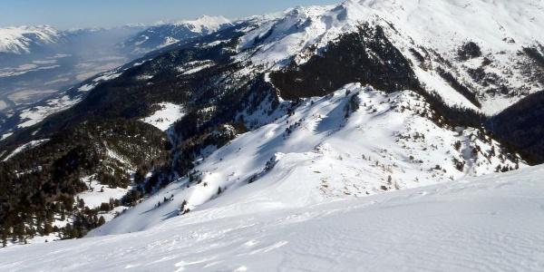 Blick vom Patscherkofel über den Grat- und Routenverlauf bis zum Glungezer