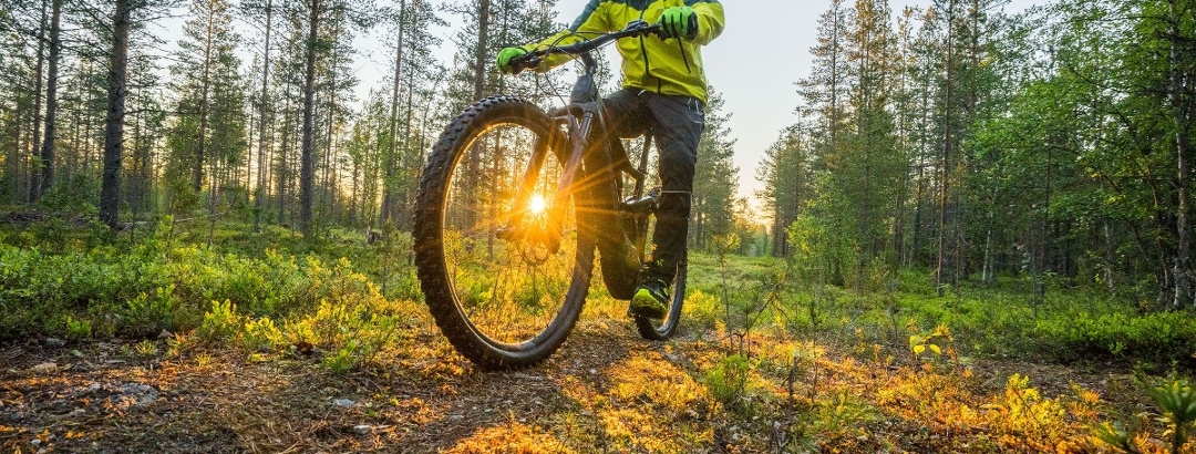 Kesäyön aurinko luo upeat puitteet pyöräilylle Pyhä-Luostolla.