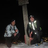 Am Gipfelkreuz des Mittagbergs bei Nacht