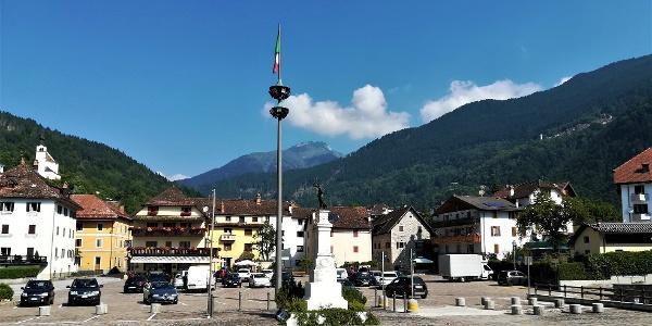 der Hauptplatz von Rigolato, ein Hauptort in Karnien, mit Blick nach Nordwesten zum Cima di Ombladet – am Berghang rechts die Ortschaft Givigliana