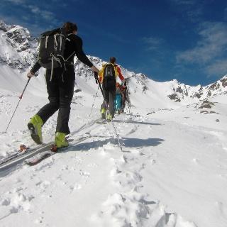 Aufstieg durch das Steintal. Den flachen Schneesattel in der rechten Bildhälfte gilt es zu erreichen. Links davon wird zum ersten Mal der unspektakuläre Gipfel der Steintalspitzen sichtbar.