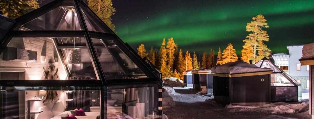 Die 10 prächtige Iglus von Santa's Hotel Aurora haben Glasdäche, die sich gut eignen, um die Nordlichter zu bewundern.