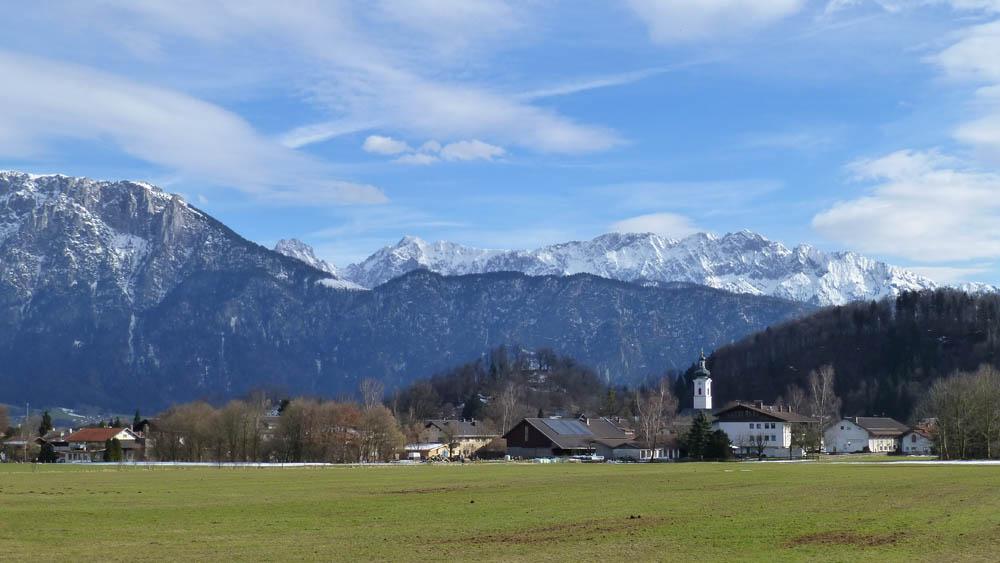 Blick auf Oberaudorf - im Hintergrund der Zahme und der Wilde Kaiser