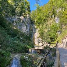 Weg zum Plötz-Wasserfall, im Hintergrund ist der Wasserfall zu erkennen