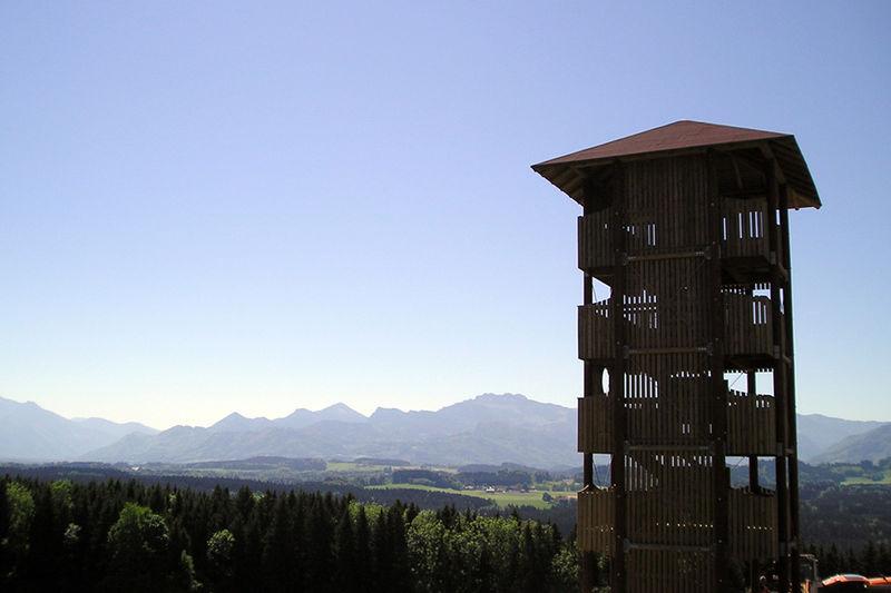 Herrlicher Blick vom 16-Meter hohen Aussichtsturm auf die Alpen.