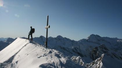 Den Gipfel ziert ein schlichtes Kreuz.