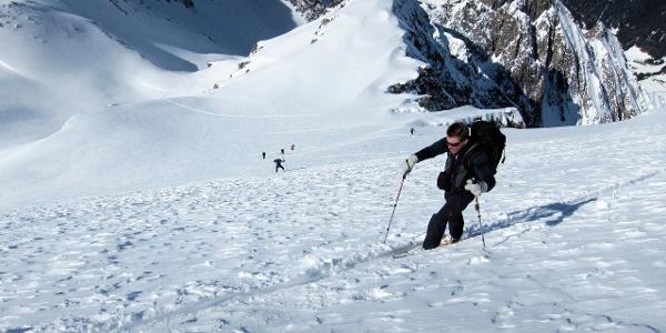 An der steilsten Stelle im Bereich der Spur ca. 38°. Die steilste Stelle im gesamten Hang ca. 42°.