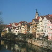 Neckarfront mit Hölderlinturm und Stiftskirche.