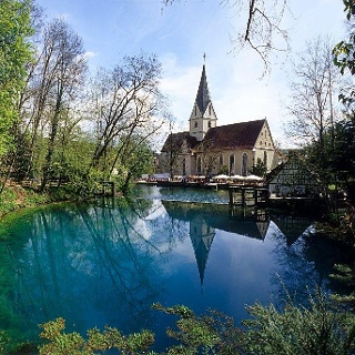 Blautopf mit Kloster Blaubeuren.