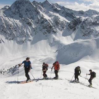 Nach der Querung auf den SO-Rücken der Karlesspitze. Im Hintergrund der mächtige Zwölferkogel (Gipfel nicht sichtbar) und rechts - gerade noch zu sehen - der Sulzkogel.