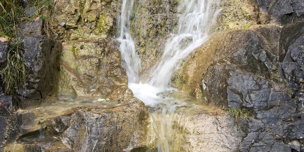 Eindrucksvoller Wasserfall gleich am Anfang der Bergtour