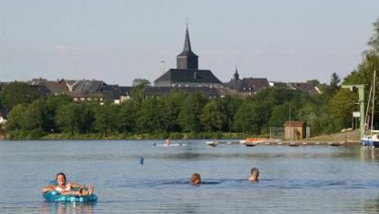 Azurblau glänzt das Wasser des Weißenstädter Sees