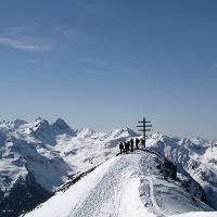 Das Wetterkreuz bieten einen grandiosen Ausblick auf den Geigenkamm in den Ötztaler Alpen. In der linken Bildhälfte der Wildgrat (2971 m).