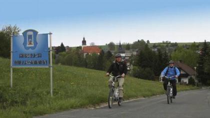 Mit einem E-Bike gelangt man mühelos aus dem sanften Wannental des idyllischen Kurortes Bad Steben.