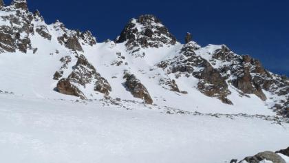 Der Felsaufbau des Südl. Fluchthorns - gut erkennbar ist die Anstiegsroute über die Weilenmannrinne und die sehr steile Gipfelrinne.