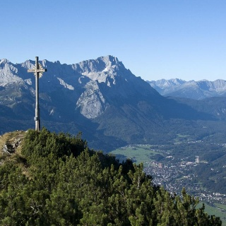 Der Hohe Fricken vor der Zugspitze; unten sieht man nach Garmisch-Partenkirchen
