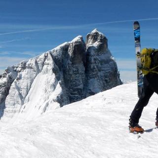 Viel Schnee am Gipfelplateau des Gschnitzer Tribulauns.