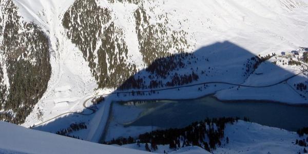 Der Blick zum Parkplatz über die Aufstiegsroute -- der Schatten ist vom Hochwanner selbst.