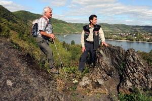 Wanderer auf der Ripp mit Ausblick auf den Bopparder Hamm (Foto: Stefan Rees, Quelle: Romantischer Rhein Tourismus GmbH)